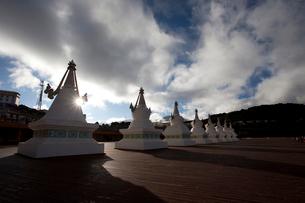 梅里雪山の前に並ぶ塔の写真素材 [FYI02036014]