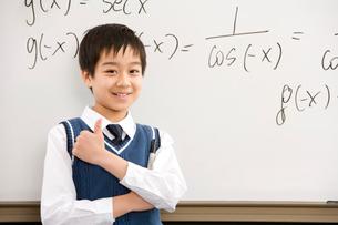 親指を立てた笑顔の男子小学生の写真素材 [FYI02036096]