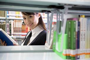 図書館で本を読む女子高生の写真素材 [FYI02036114]