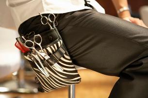 ハサミの入ったポケットをさげた美容師の写真素材 [FYI02036143]