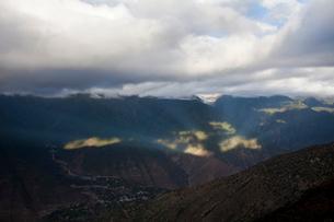 雲がかかった梅里雪山の写真素材 [FYI02036183]
