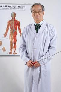 人体図の前に立つ医者の写真素材 [FYI02036187]