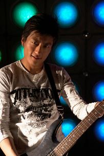ギターを演奏する若い男性の写真素材 [FYI02036191]