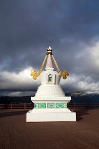 梅里雪山の前に立つ塔の写真素材 [FYI02036254]