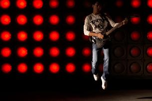 ギターを演奏する若い男性の写真素材 [FYI02036382]