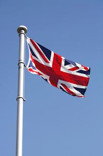 風になびくイギリス国旗の写真素材 [FYI02036429]