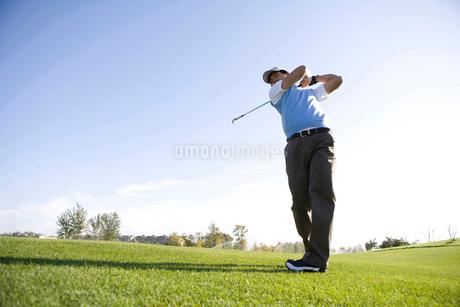 ゴルフをする男性の写真素材 [FYI02036437]