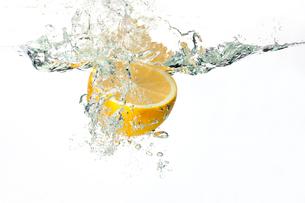水の中に落ちるレモンの写真素材 [FYI02036458]