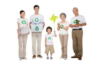 リサイクルマークのシャツを着た3世代家族の写真素材 [FYI02036463]