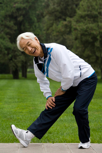 ストレッチ運動をする老人の写真素材 [FYI02036520]
