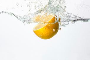 水の中に落ちるレモンの写真素材 [FYI02036570]