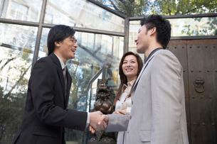 握手をする笑顔のビジネスマンの写真素材 [FYI02036606]