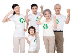 リサイクルマークのシャツを着た3世代家族の写真素材 [FYI02036687]