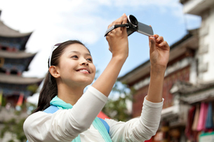 大理を観光する若い女性の写真素材 [FYI02036712]