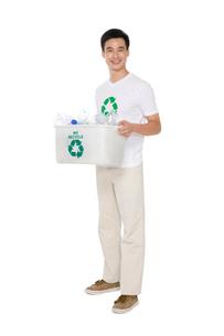 リサイクルをする若い男性の写真素材 [FYI02036726]