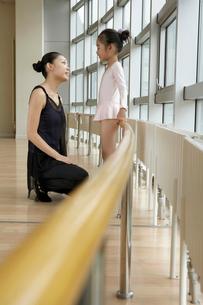 バレエ教室の先生と生徒の写真素材 [FYI02036736]