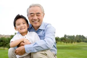 孫と遊ぶ祖父の写真素材 [FYI02036752]