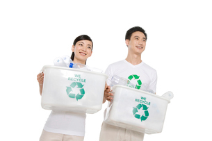 リサイクルをする若いカップルの写真素材 [FYI02036773]