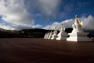 梅里雪山の前に並ぶ塔の写真素材 [FYI02036893]
