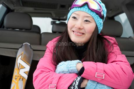 スキーウェアを着た若い女性の写真素材 [FYI02037017]