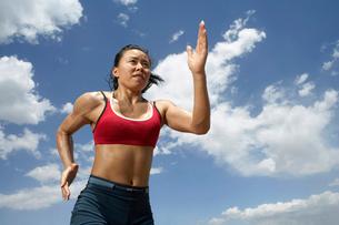 走る女性陸上選手の写真素材 [FYI02037107]