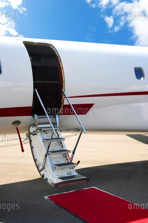 エアステアを降ろした小型飛行機の写真素材 [FYI02037115]