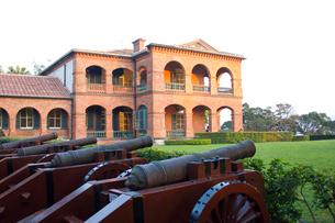 紅毛城に並ぶ大砲の写真素材 [FYI02037117]