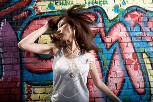 音楽を聞きながら踊る若い女性の写真素材 [FYI02037149]