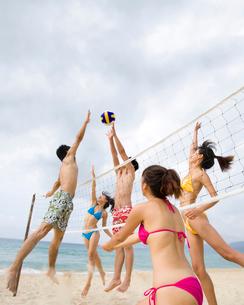 ビーチバレーをする若者の写真素材 [FYI02037317]