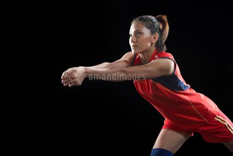 レシーブをする女性バレーボール選手の写真素材 [FYI02037365]