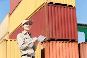 港で働く女性作業員の写真素材 [FYI02037372]