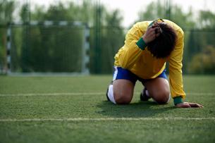 悔しがるサッカー選手の写真素材 [FYI02037427]