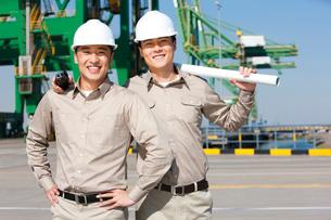 港で働く若者の写真素材 [FYI02037453]