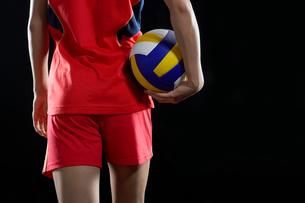 バレーボールを抱えた女性選手の写真素材 [FYI02037463]
