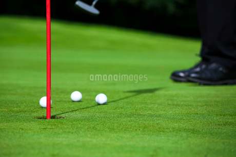 パットをするゴルファーの足の写真素材 [FYI02037470]