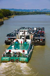 新車を運ぶ貨物船の写真素材 [FYI02037480]
