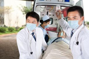 救急車から患者を運ぶ医師たちの写真素材 [FYI02037555]