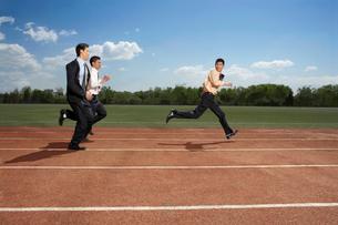 競争する3人のビジネスマンの写真素材 [FYI02037597]