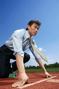 スタートの準備をするビジネスマンの写真素材 [FYI02037617]