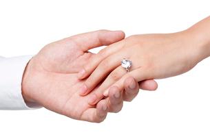 婚約指輪をはめた女性と男性の手の写真素材 [FYI02037637]