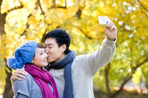 カメラで写真を撮る若いカップルの写真素材 [FYI02037660]