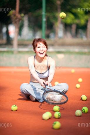 テニスをする若い女性の写真素材 [FYI02037662]