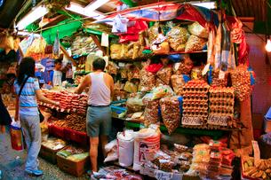 香港の食料品店の写真素材 [FYI02037702]