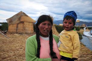 チチカカ湖で生活する親子の写真素材 [FYI02037783]