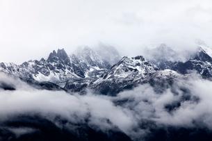 雲がかかった梅里雪山の写真素材 [FYI02037873]