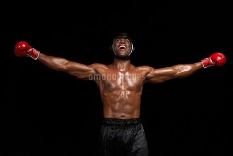 腕を広げるボクサーの写真素材 [FYI02037966]