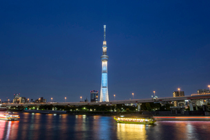 ライトアップされた東京スカイツリーの写真素材 [FYI02038011]