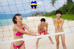 ビーチバレーをする若者の写真素材 [FYI02038019]