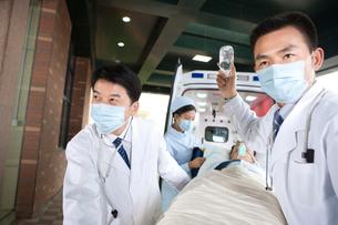 救急車から患者を運ぶ医師たちの写真素材 [FYI02038034]