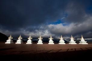 梅里雪山の前に並ぶ塔の写真素材 [FYI02038037]